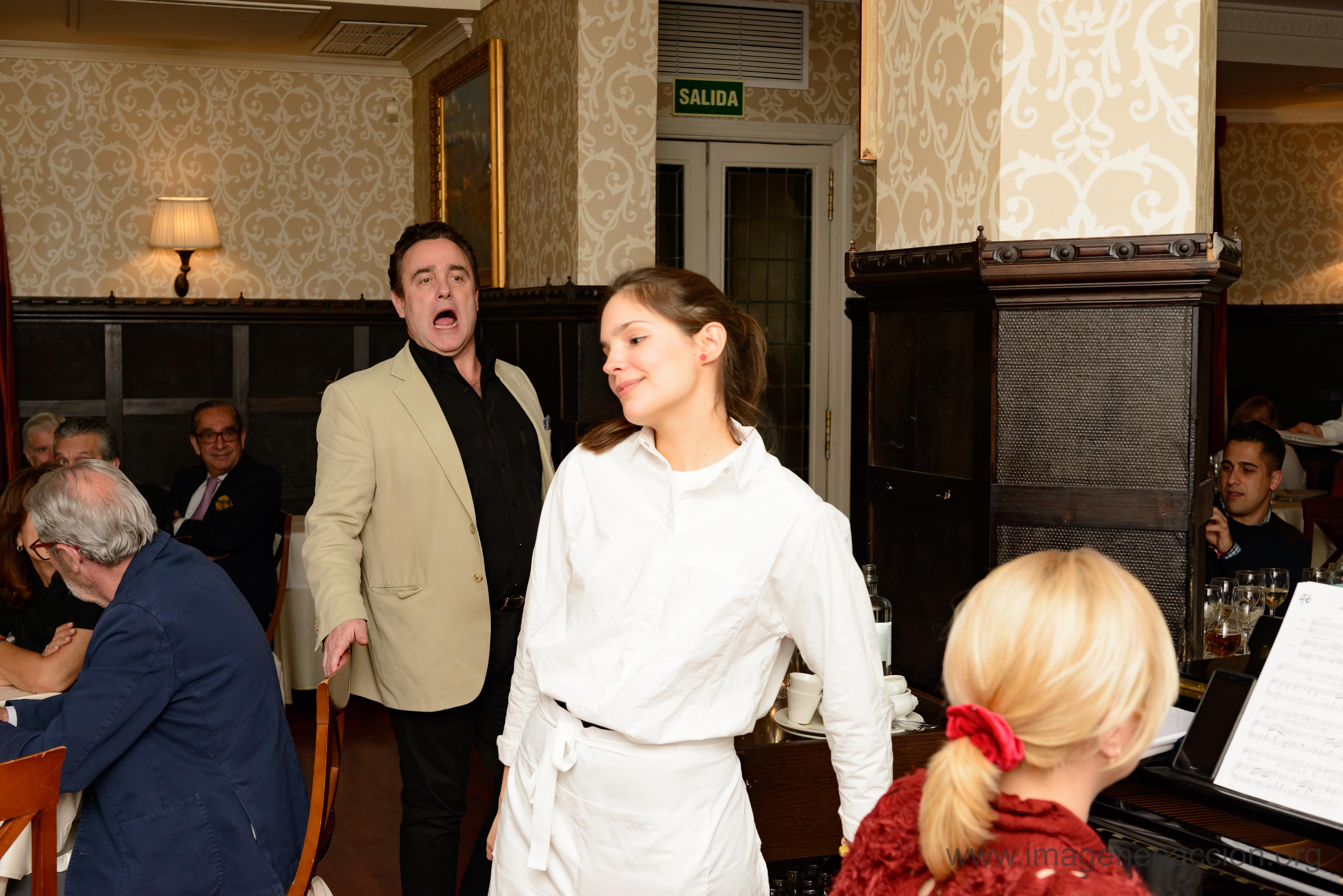 Los camareros amenizaron la cena con fragmentos de óperas conocidas.