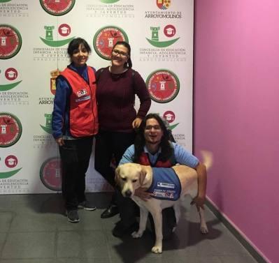 Luz ( Diplomada en Magisterio) es la encargada de dirigir las sesiones en #EAA en la foto junto Alfred como tecnico que se ha incorporado en está segunda parte como perro de apoyo Dankan.