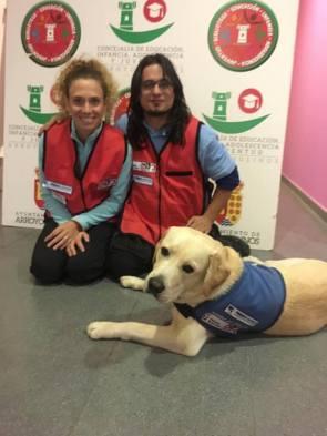 Andrea (Terapeuta ocupacional) junto Alfred como tecnico que se ha incorporado en está segunda parte como perro de apoyo Dankan.